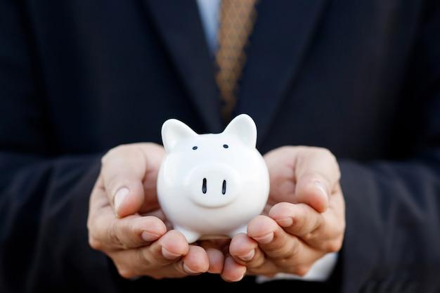 Risparmio di denaro con il porcellino salvadanaio