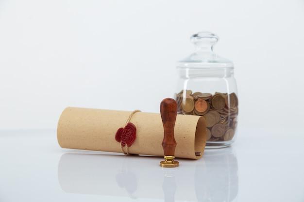 Risparmio di monete pila concetto di denaro, grafico, documento grafico e penna sulla scrivania in ufficio hipster