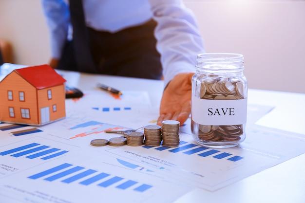 Risparmio, finanze, economia e concetto di casa.