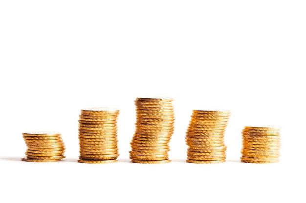 Risparmio, aumento delle colonne di monete d'oro isolato su sfondo bianco