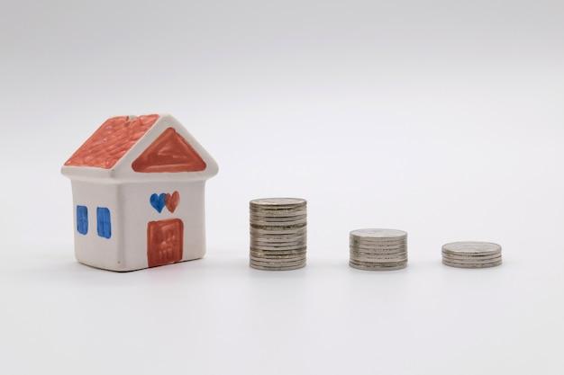 Piani di risparmio per l'alloggio su sfondo bianco