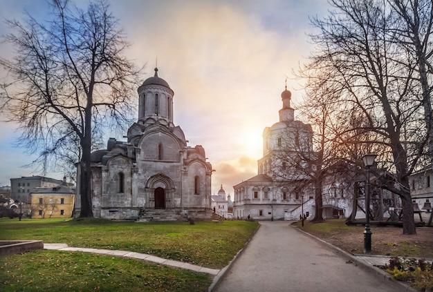 La cattedrale del salvatore e la chiesa dell'arcangelo nel monastero di andronikov a mosca