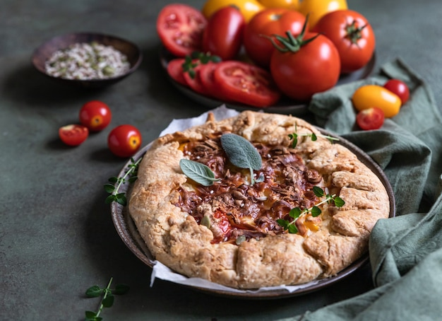 Torta salata al pomodoro tortino aperto o galette con pomodorini e formaggio alle erbe aromatiche