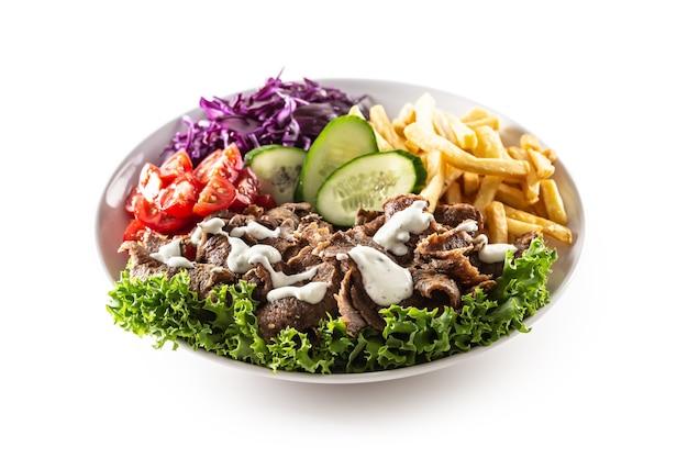 Saporito kebab di vitello turco servito con verdure fresche, lattuga, fuochi francesi e salsa deliziosa e deliziosa, maionese.