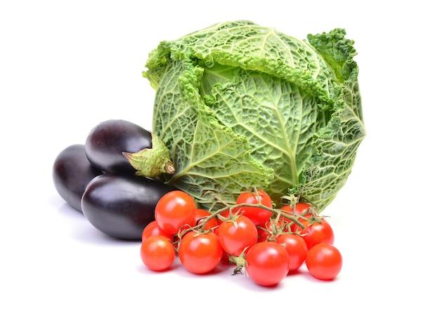 Cavolo verza, pomodorini e melanzane isolati