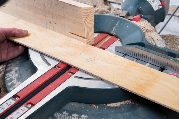 Sega circolare di pezzi di legno