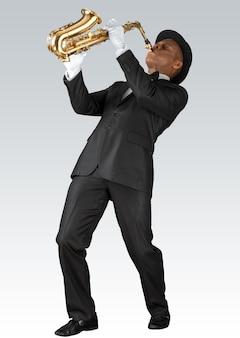 Sassofonista. uomo di mezza età che suona il sassofono isolato su sfondo