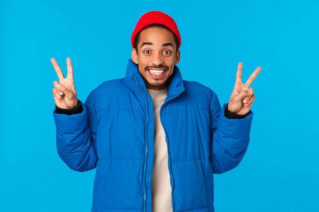 Dì cheeze. estatico allegro giovane ragazzo afroamericano godersi le vacanze invernali, come il natale e
