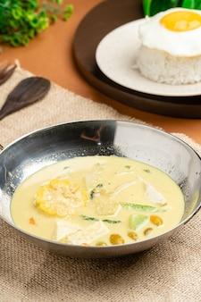 Sayur lodeh è una zuppa di verdure indonesiana preparata con verdure nel latte di cocco