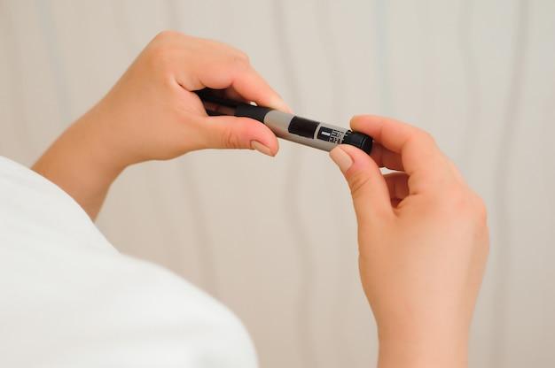 Scala sul fondo della penna per insulina, attrezzatura medica per autoiniezione per pazienti diabetici.