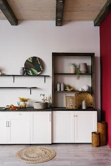 Cucina classica scandinava con dettagli in legno e bianchi, design d'interni minimalista.