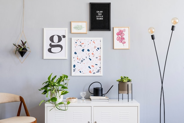 Concetto scandinavo di interior design del soggiorno con cornici e accessori per poster finti