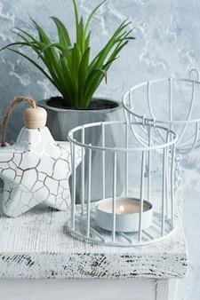 Interni scandinavi con candela accesa