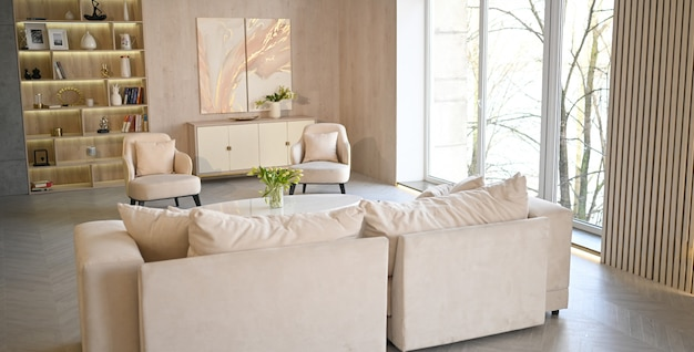 Luminoso stile scandinavo classico moderno di lusso bianco soggiorno con tavolo in marmo, nuovi mobili eleganti, cassettiera, comode poltrone, divano beige, divano. interior design nordico minimalista