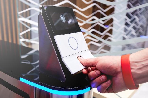 Scansione dell'impronta digitale per aprire la porta di sicurezza in un edificio privato