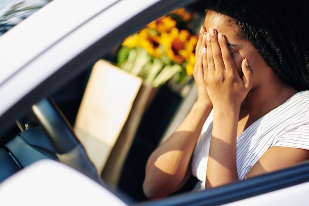 Autista spaventato all'interno dell'auto