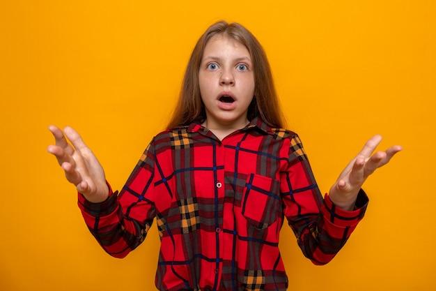 Spaventato tendendo le mani davanti. bella bambina che indossa una maglietta rossa Foto Premium