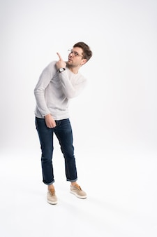 Uomo spaventato in piedi isolato su sfondo bianco studio