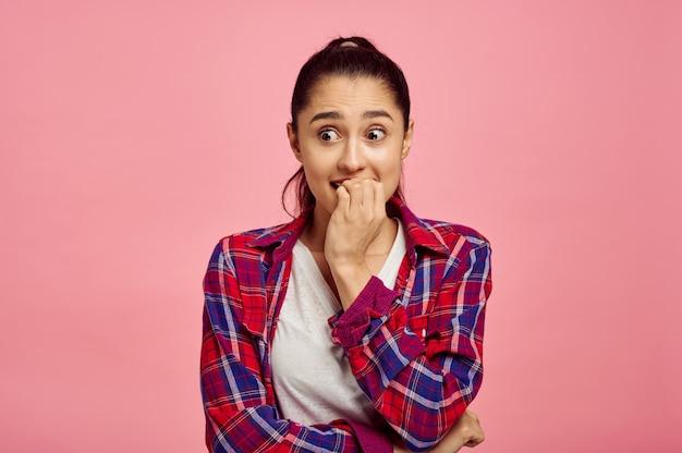 Ritratto di donna spaventata, muro rosa, emozione