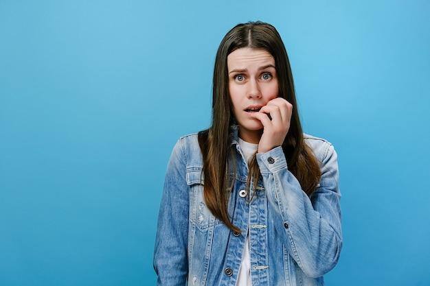 Giovane donna spaventata che chiude la bocca per non urlare