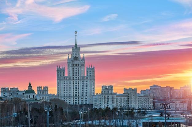 Le nuvole scarlatte dell'autunno sorgono su un grattacielo sull'argine di kotelnicheskaya a mosca