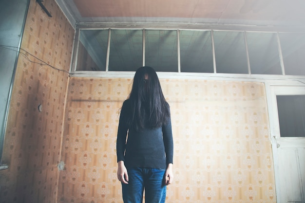 Donna fantasma spaventosa nella casa stregata