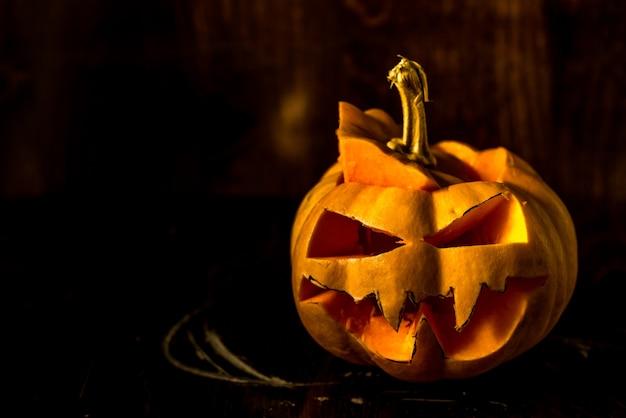 Spaventoso zucca di halloween su sfondo nero copia spazio