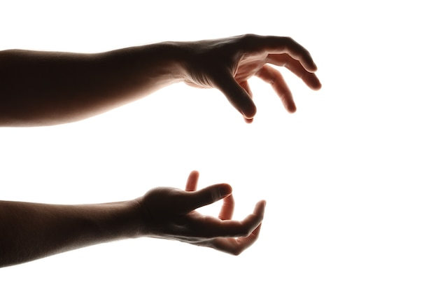 Mani umane spaventose isolate su bianco
