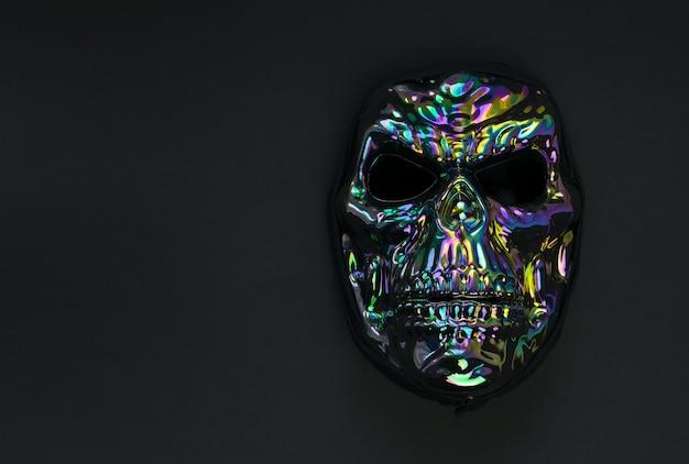 Maschera spaventosa a forma di teschio su fondo nero