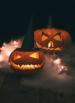 Lanterne di zucca spaventose hanno illuminato la decorazione per halloween
