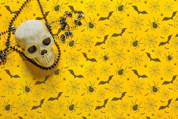 Decorazione spaventosa dello scheletro sul tavolo per halloween, copia dello spazio