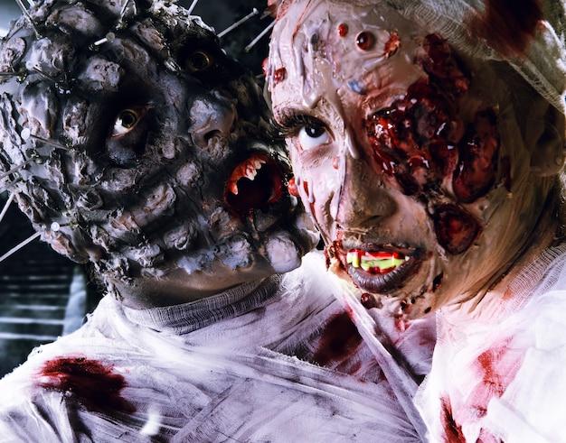 Zombie spaventoso in costume da festa di festa di halloween con bende e sangue