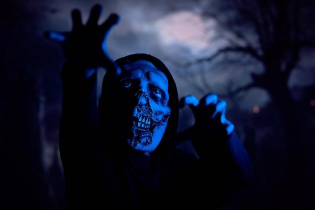 Zombie spaventoso sotto la luce al neon blu
