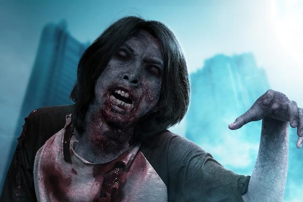 Zombie spaventoso con sangue e ferita sul suo corpo che striscia