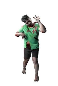 Zombie spaventoso con sangue e ferita sul suo corpo in piedi isolato su sfondo bianco