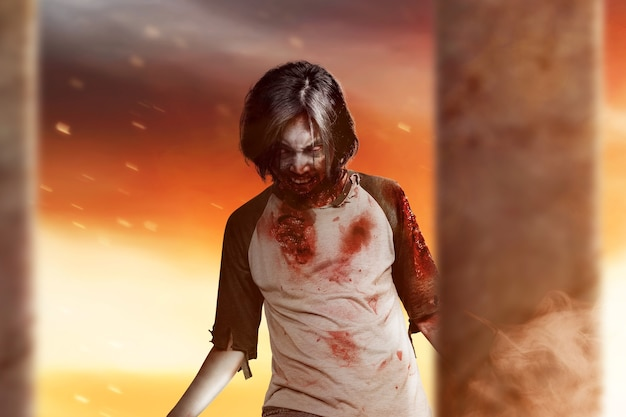 Zombie spaventoso con sangue e ferita sul suo corpo in piedi con uno sfondo drammatico