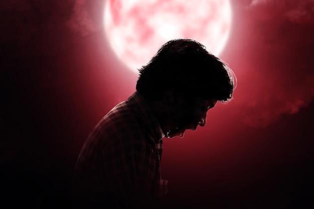Zombie spaventoso con sangue e ferita sul suo corpo in piedi con uno sfondo di scena notturna