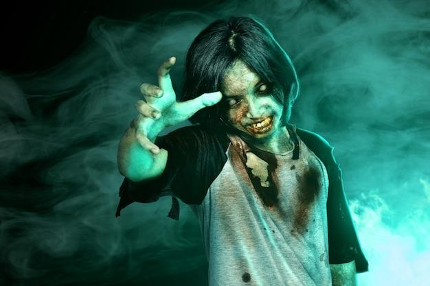 Zombi spaventosi con sangue e ferita sul suo corpo