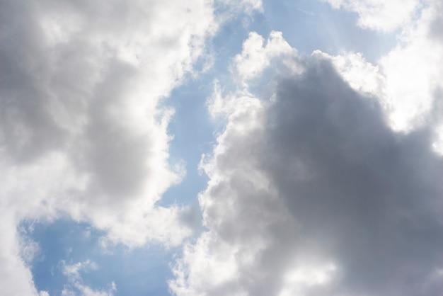Grappoli sparsi della nuvola in un cielo blu, fondo del cielo blu con le nuvole bianche,
