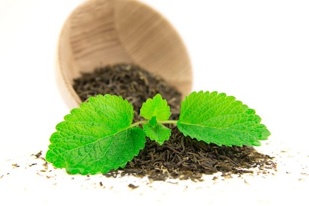 Tè verde sparsi con vecchi piatti di legno