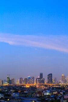 Scena di bangkok, capitale della thailandia al crepuscolo. preso dalla distanza.