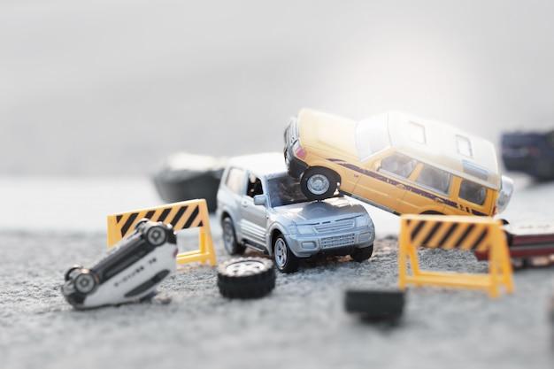 Scena dell'incidente delle automobili (miniatura, modello del giocattolo) sulla via. concetto di assicurazione.