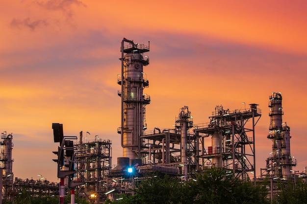 Scena pesante dell'impianto di raffineria di petrolio dell'industria petrolchimica al crepuscolo