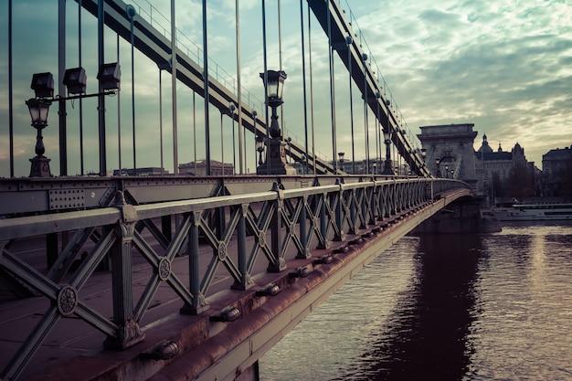 Scena del ponte delle catene di riferimento attraverso il fiume danubio a budapest, ungheria.