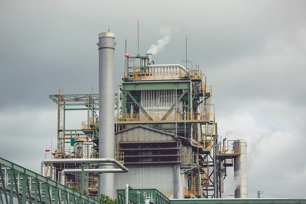 Scena della raffineria di petrolio e dell'olio del serbatoio di stoccaggio dell'industria petrolchimica nel pomeriggio