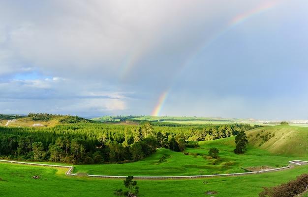 Scenario dell'area geotermica attiva nella zona vulcanica di taupo in nuova zelanda con doppio arcobaleno, isola del nord della nuova zelanda