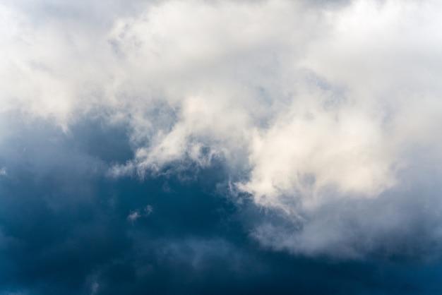 Nuvole temporalesche drammatiche di paesaggio in cielo prima della pioggia. sfondo del tempo naturale