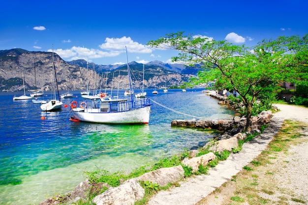 Scenario del lago di garda, bellissimo lago nel nord italia, lombardia