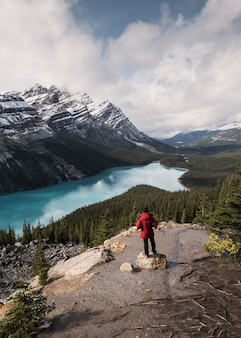 Lo scenario del lago peyto assomiglia a una volpe con un viaggiatore nel parco nazionale di banff ad alberta, canada