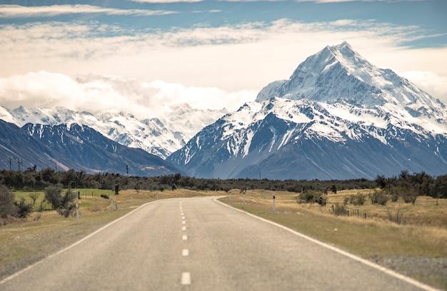 La strada o la via di paesaggio viaggia alle montagne in nuova zelanda